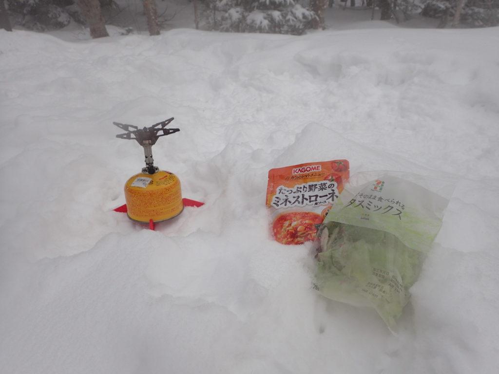 冬の蓼科山登山道でイワタニプリムスの登山用ガスバーナーであるp153ウルトラバーナーを使ってミネストローネを調理