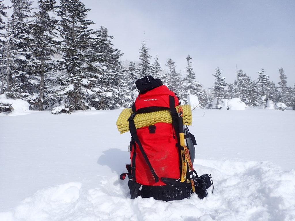 冬の乗鞍岳登山でザックに外付けしたグリベルのピッケルであるエアーテックエヴォリューションを記念撮影