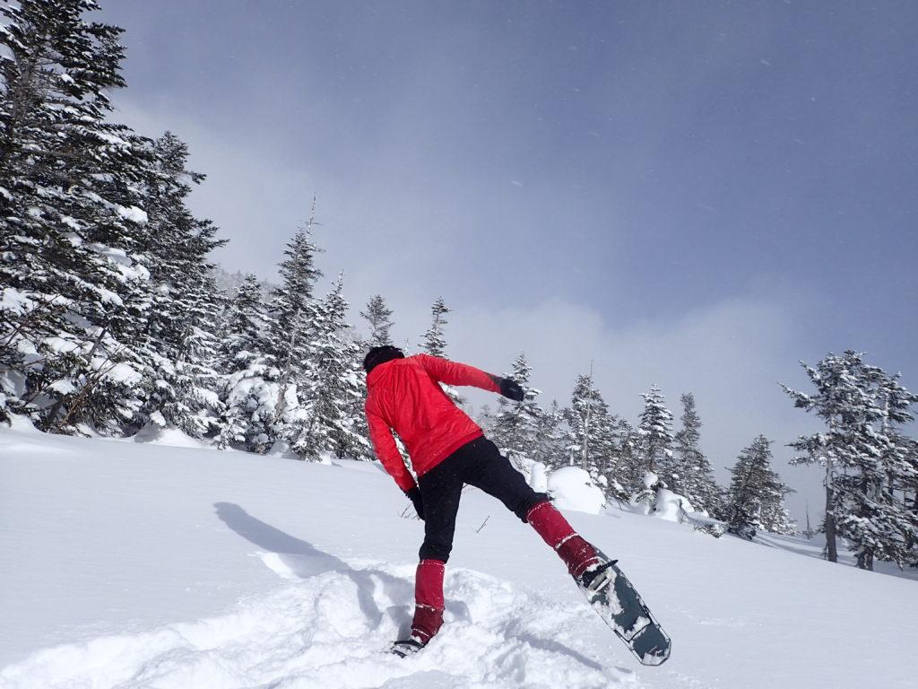 冬の乗鞍岳のバックカントリーツアーコースでMSRのスノーシューであるライトニングアッセントをはいて記念撮影