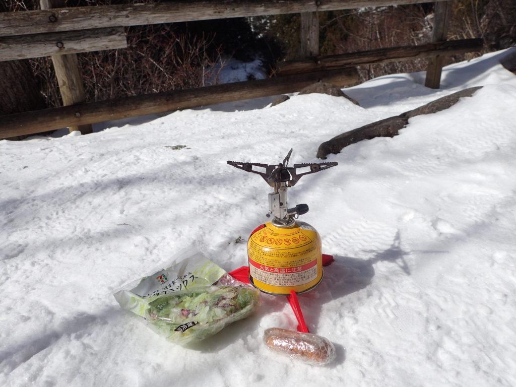冬の乗鞍岳高原でイワタニプリムスのガスバーナーであるP153ウルトラバーナーを使ってウインナーを調理
