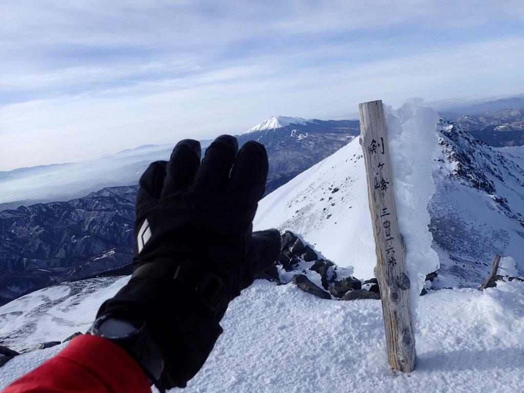 冬の乗鞍岳剣ヶ峰山頂でブラックダイヤモンドの雪山用登山グローブであるソロイストの記念撮影