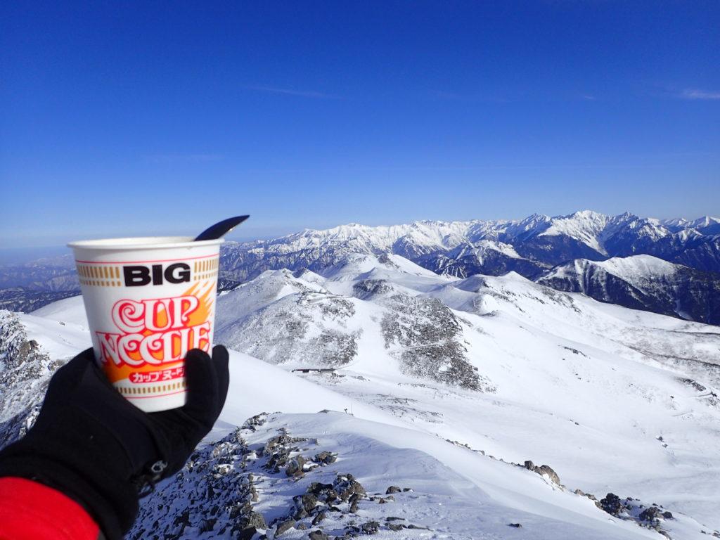 冬の乗鞍岳山頂で槍ヶ岳や穂高岳を眺めながら食べるカップラーメン