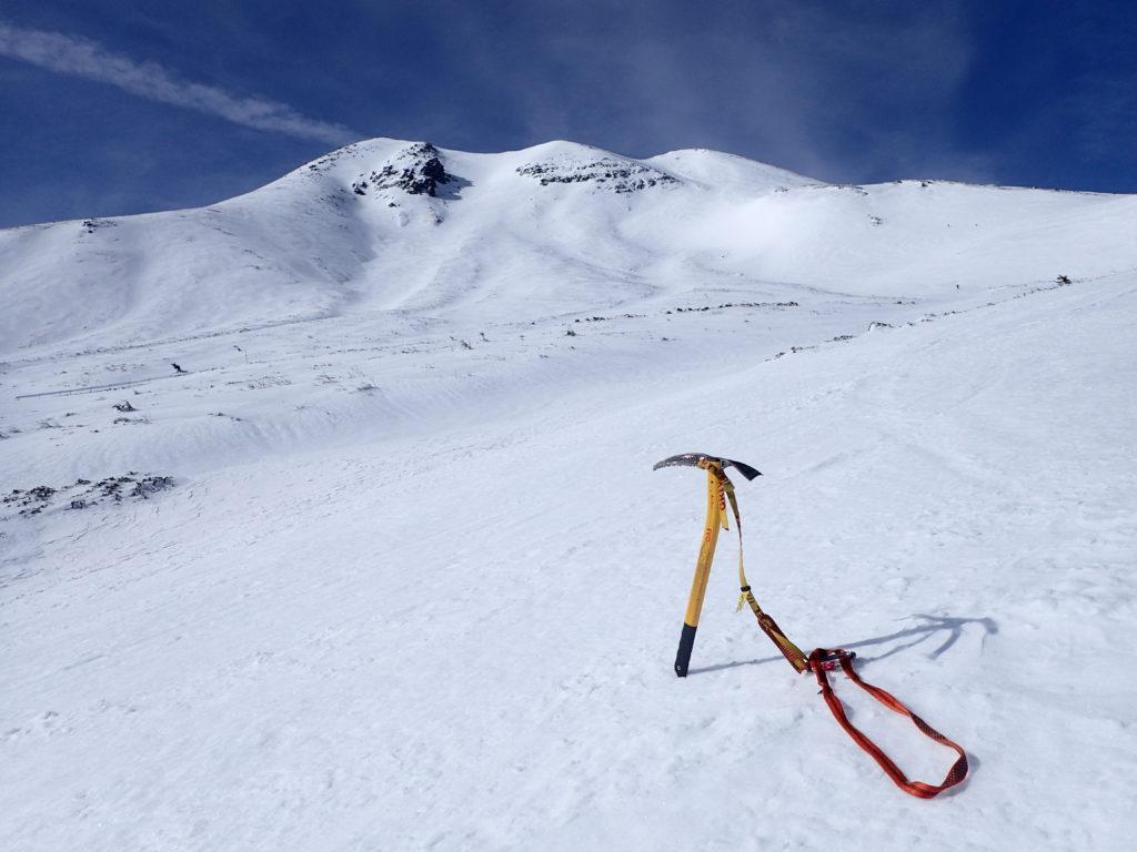 乗鞍岳を背景にグリベルのピッケルであるエアーテックエヴォリューションの記念撮影