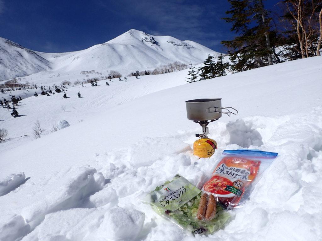 冬の乗鞍岳を眺めながらイワタニプリムスのガスバーナーであるp153ウルトラバーナーを使ってミネストローネを調理