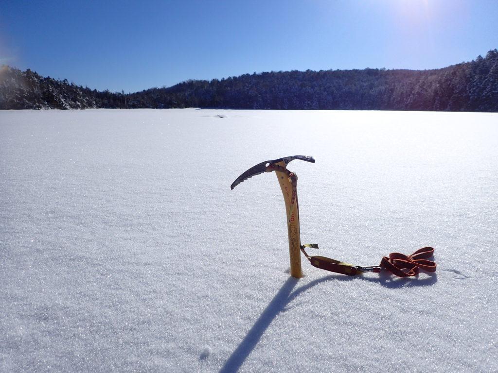 雪に覆われた北八ヶ岳の白駒池でグリベルのピッケルであるエアーテックエヴォリューションの記念撮影