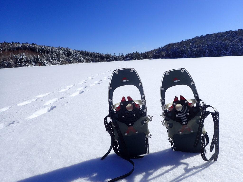 冬の北八ヶ岳の白駒池でMSRのスノーシューであるライトニングアッセントの記念撮影