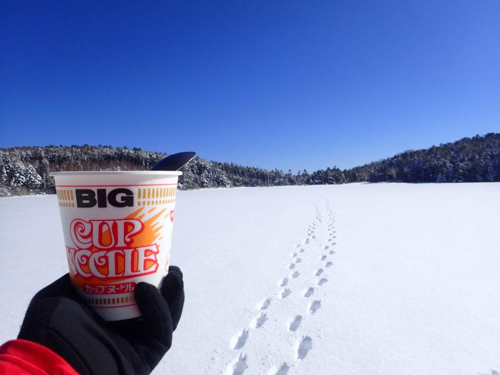 冬の北八ヶ岳登山の白駒池で食べたカップラーメン