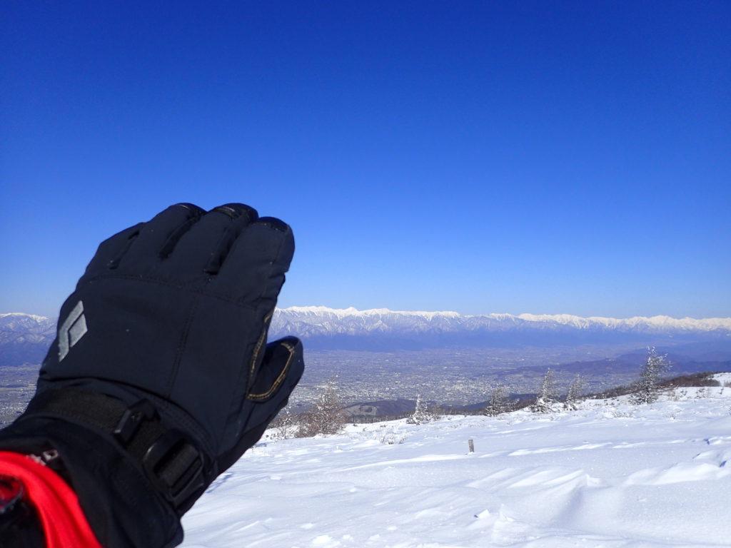 春の降雪直後の鉢伏山登山で北アルプスを背景にブラックダイヤモンドの雪山用グローブであるソロイストの記念撮影