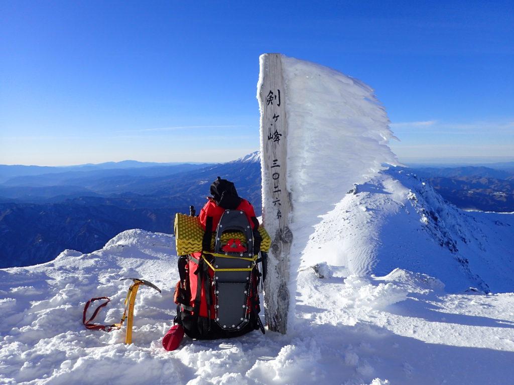 冬の乗鞍岳剣ヶ峰山頂でMSRのスノーシューであるライトニングアッセントの記念撮影