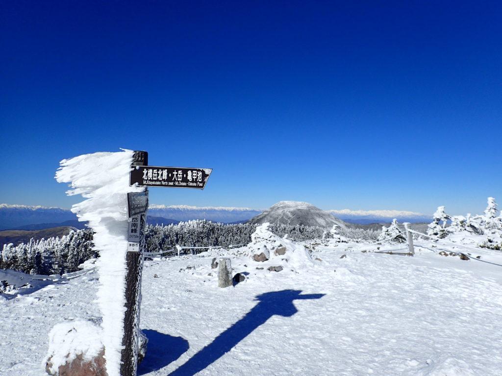 冬の北八ヶ岳の北横岳山頂とエビのシッポ