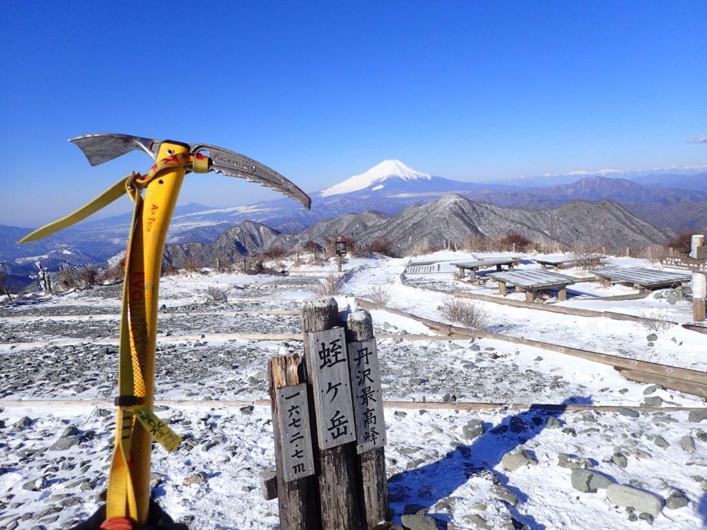 丹沢の蛭ヶ岳山頂でグリベルのピッケルであるエアーテックエヴォリューションの記念撮影