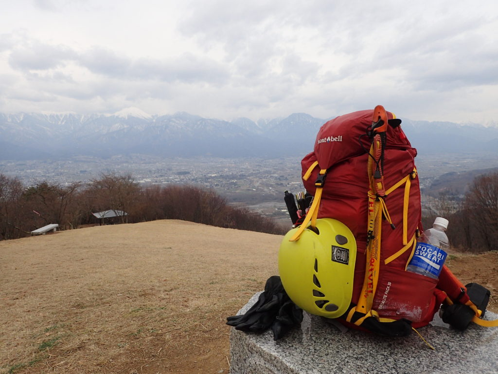 長峰山山頂で安曇野市をバックにモンベルの登山用ザックであるバーサライトパックの記念撮影