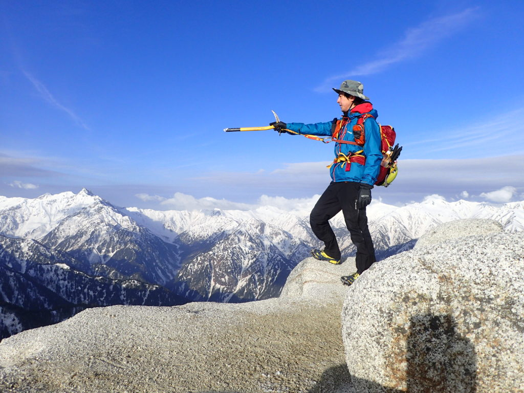 燕岳山頂でグリベルのピッケルであるエアーテックエヴォリューションを構えて記念撮影