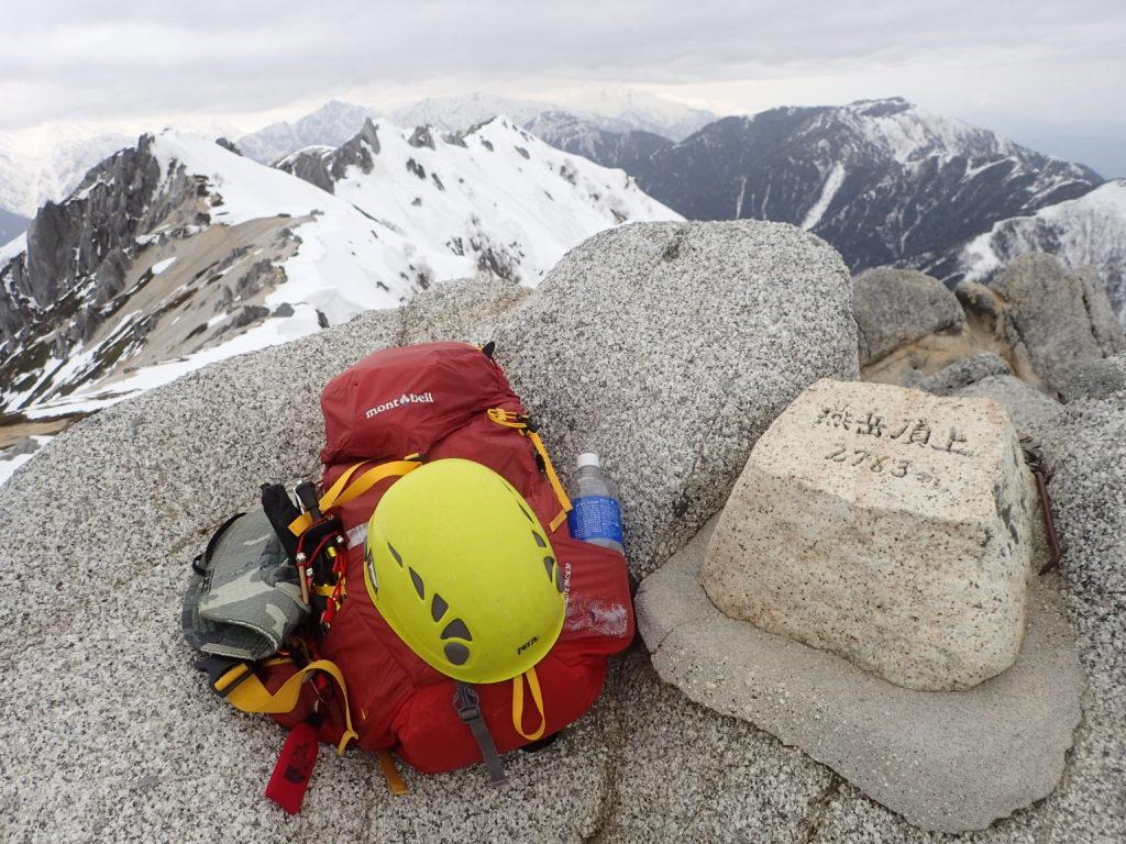 残雪期の燕岳山頂でモンベルの登山用ザックであるバーサライトパックの記念撮影