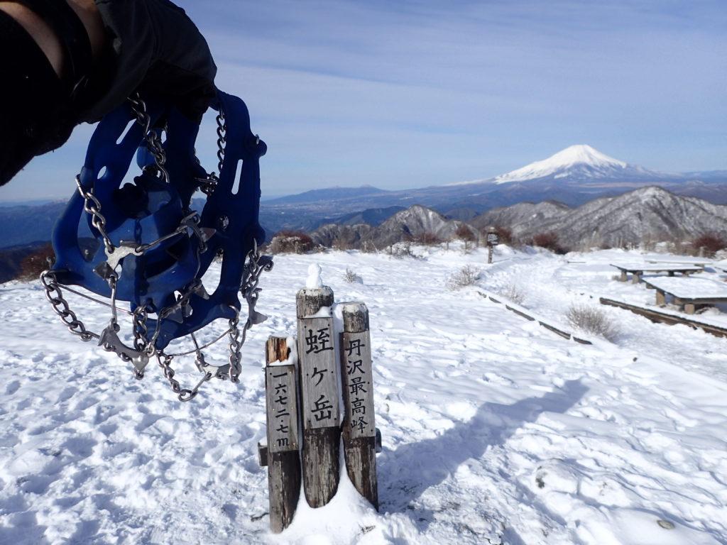 降雪直後の蛭ヶ岳山頂でモンベルの簡易アイゼンであるチェーンスパイクの記念撮影