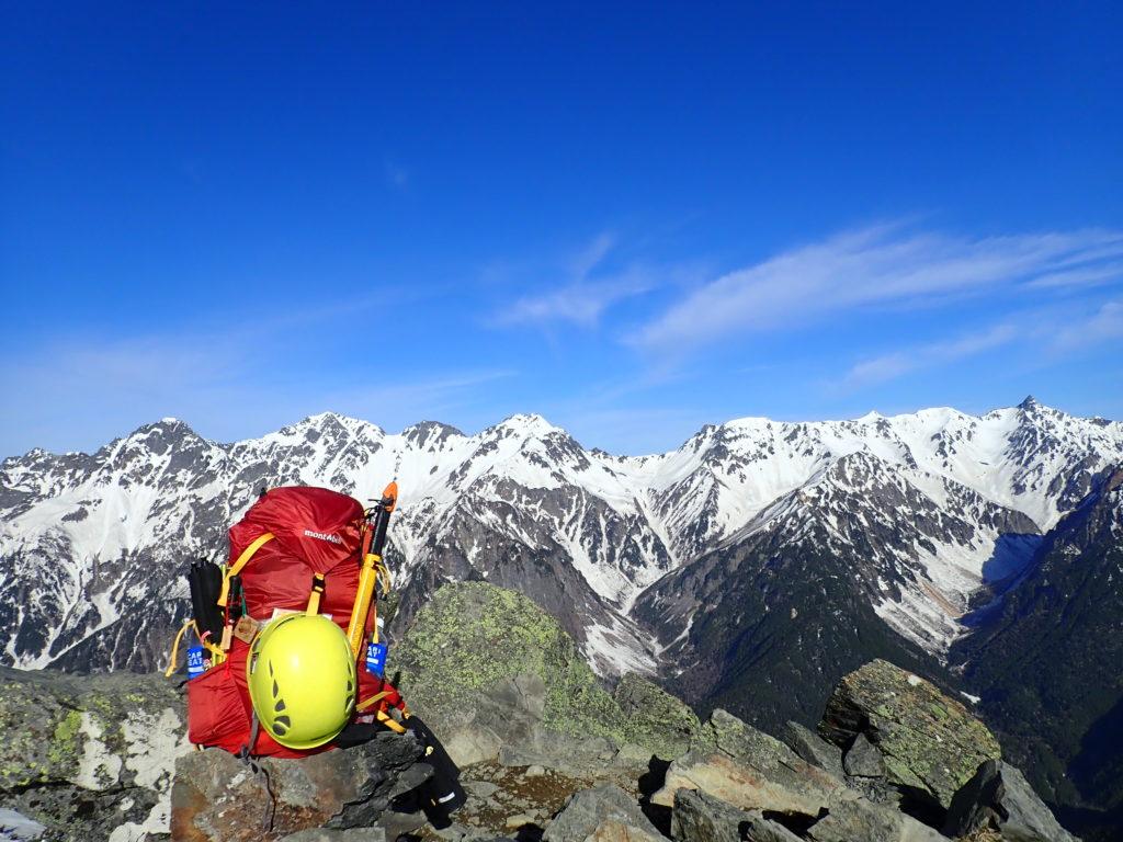 蝶ヶ岳の蝶槍で槍ヶ岳と穂高岳を結ぶ稜線をバックにモンベルの登山用ザックであるバーサライトパックの記念撮影