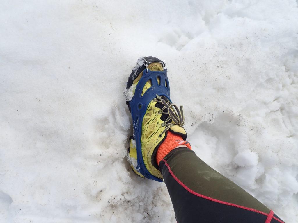 チェーンスパイクを装着しての残雪期の蝶ヶ岳登山