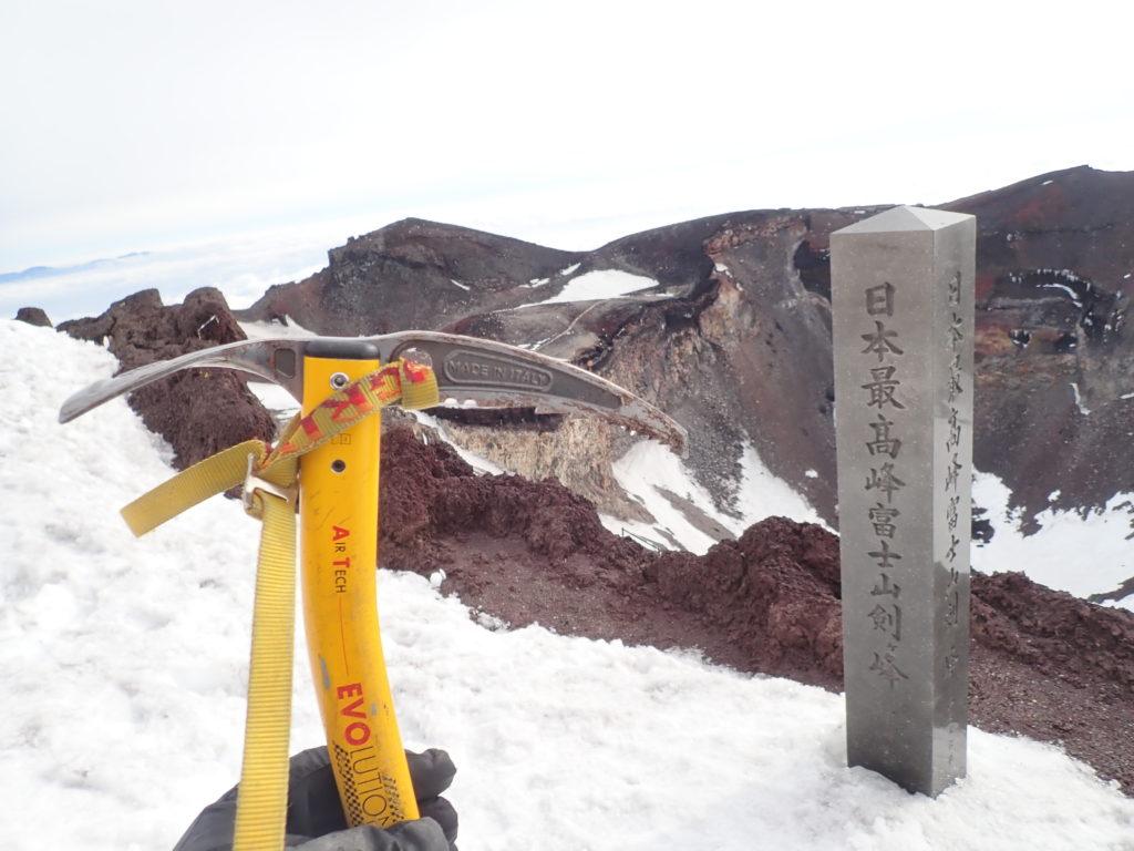 日本最高峰富士山剣ヶ峰山頂でグリベルのピッケルであるエアーテックエヴォリューションの記念写真を撮影