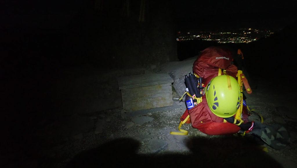 夜の美ヶ原の王ヶ頭の石碑の前でモンベルの登山用ザックであるバーサライトパックの記念撮影