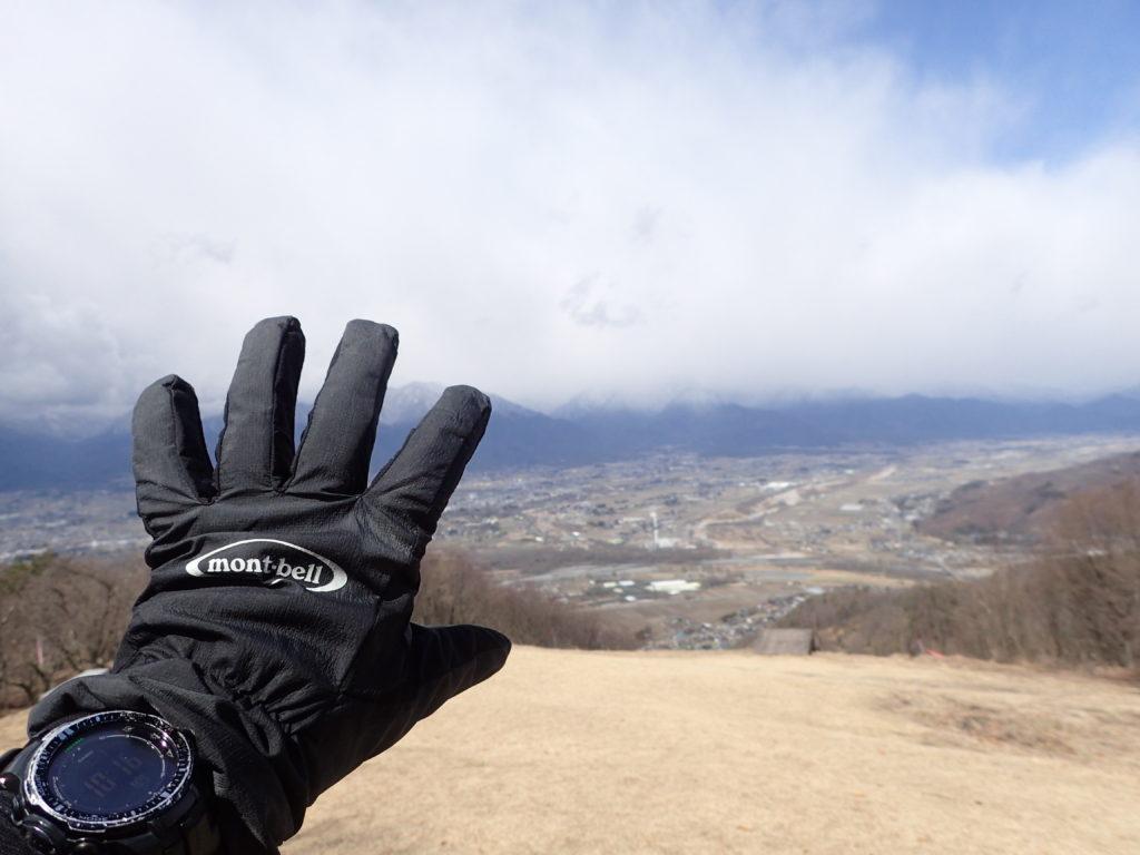 長峰山山頂で安曇野市をバックにモンベルの登山用グローブであるサンダーパスグローブの記念撮影