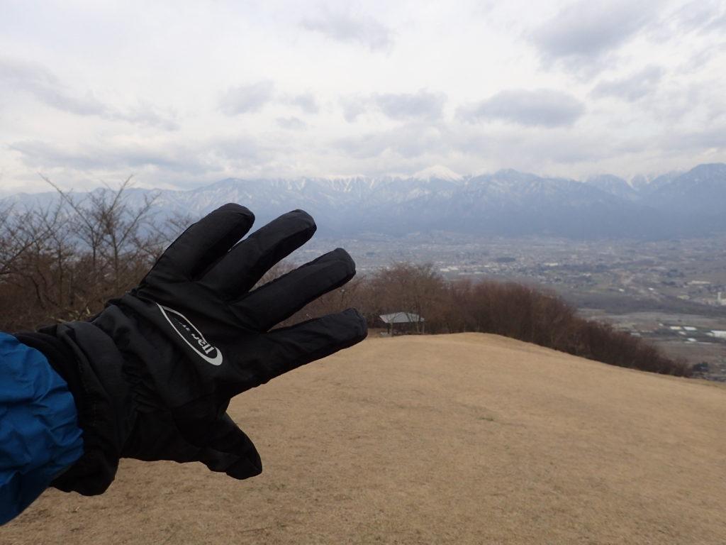 安曇野市の長峰山山頂でモンベルの登山用グローブであるサンダーパスグローブの記念撮影