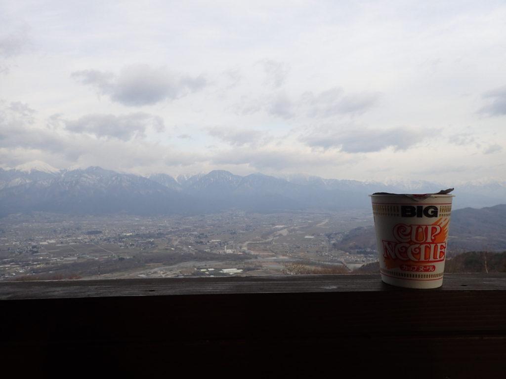 長峰山展望台で安曇野市を見渡しながら食べたカップヌードル