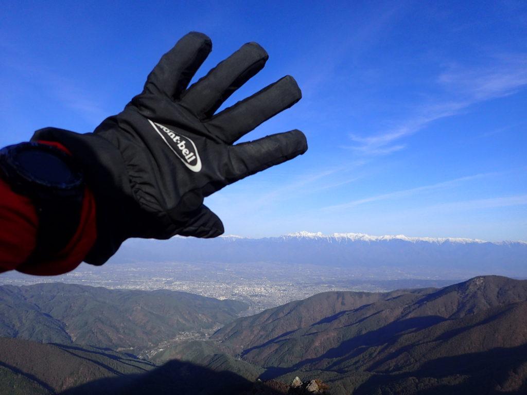 美ヶ原の王ヶ鼻で北アルプスを背景にモンベルの登山用グローブであるサンダーパスグローブの記念撮影
