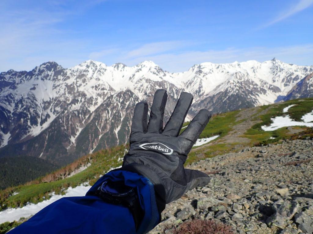 蝶ヶ岳の稜線で槍ヶ岳と穂高岳を結ぶ稜線を背景にモンベルの登山用グローブであるサンダーパスグローブの記念撮影