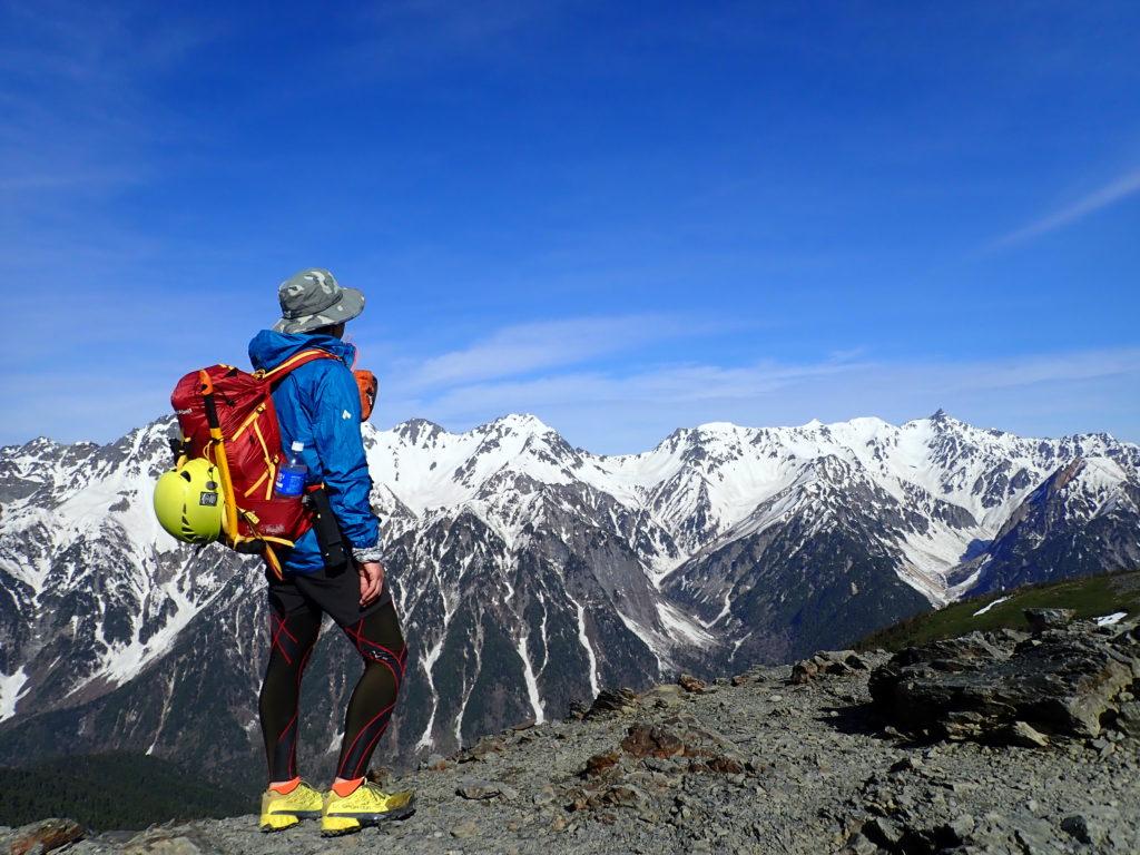 蝶ヶ岳でモンベルの登山用レインウェアであるトレントフライヤーを着て槍ヶ岳と穂高岳を眺める