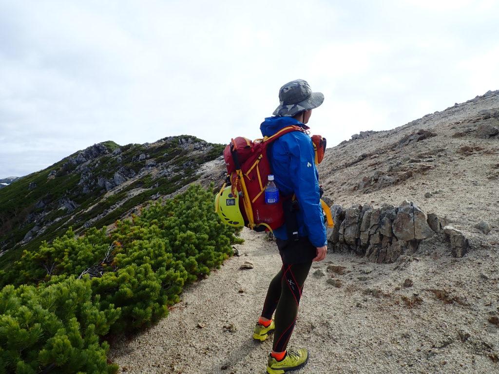 北アルプス表銀座の稜線でモンベルの登山用レインウェアであるトレントフライヤーを着て記念写真を撮影