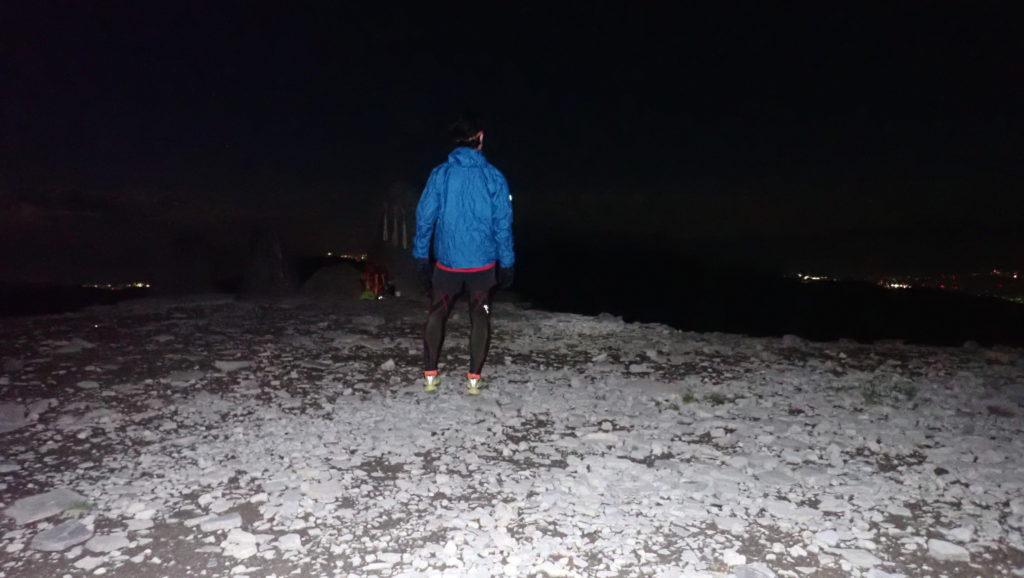 夜の美ヶ原の王ヶ頭でモンベルの登山用レインウェアであるトレントフライヤーを着て記念撮影