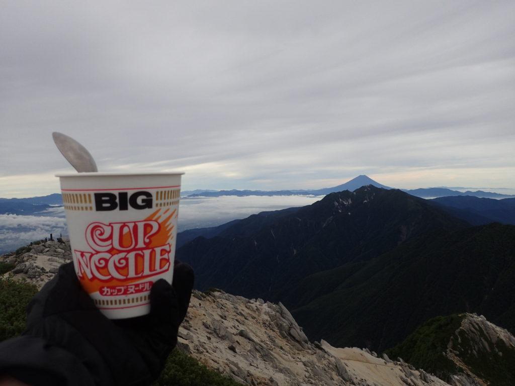 甲斐駒ヶ岳山頂で鳳凰三山の向こうに富士山を眺めながら食べたカップラーメン
