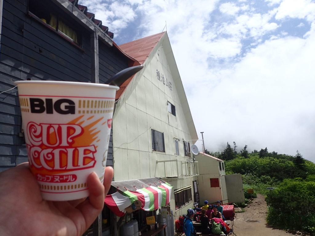 爺ヶ岳登山の時に種池山荘前で食べたカップラーメン