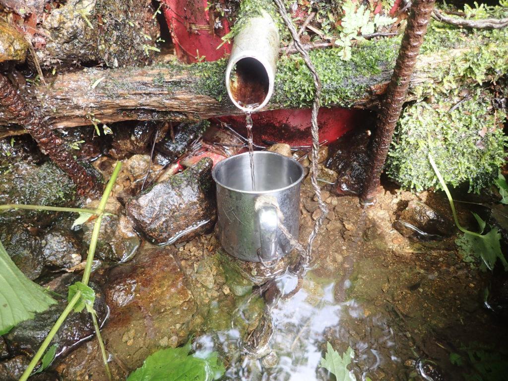 栂海新道の水場であるシキ割りの水
