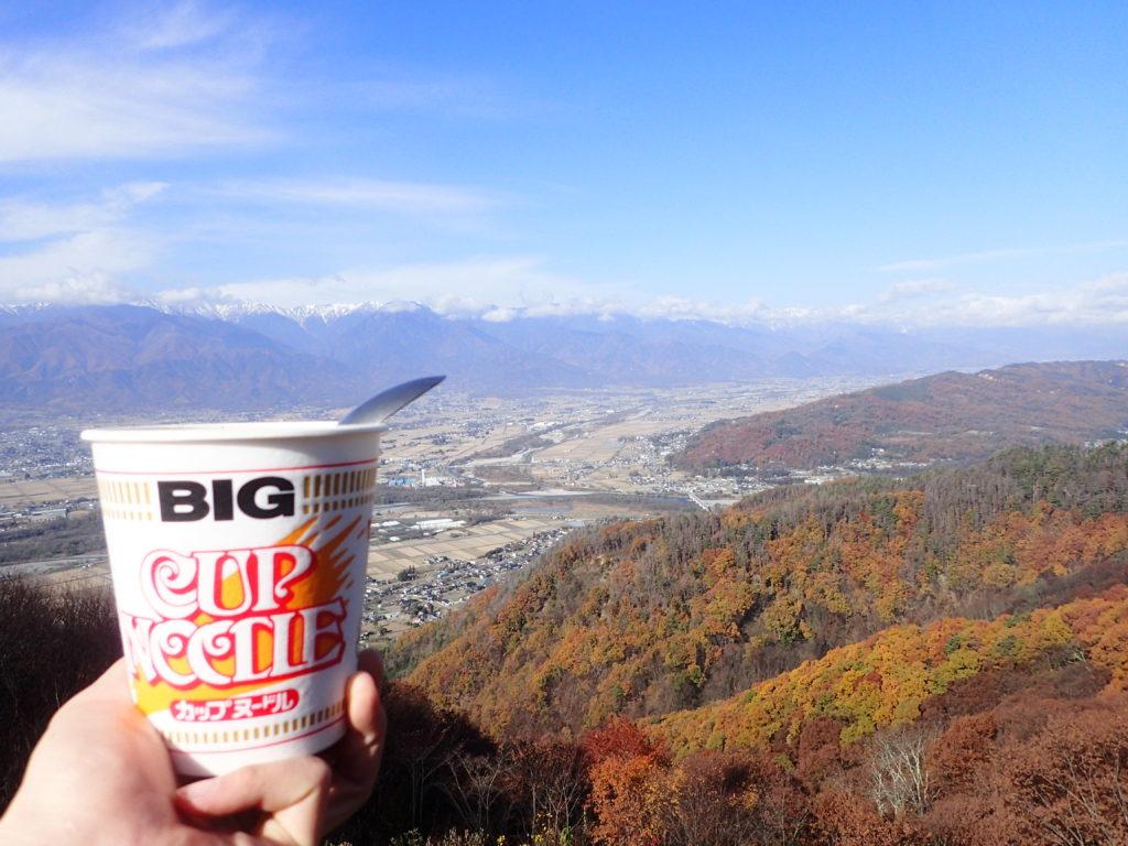 長峰山から紅葉と安曇野と雪化粧の北アルプスを眺めながら食べたカップラーメン
