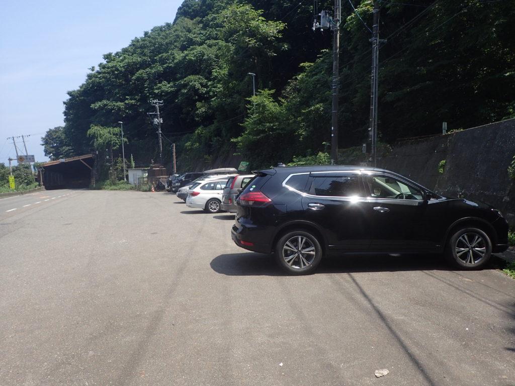 北アルプスと日本海を結ぶ栂海新道の登山口駐車場