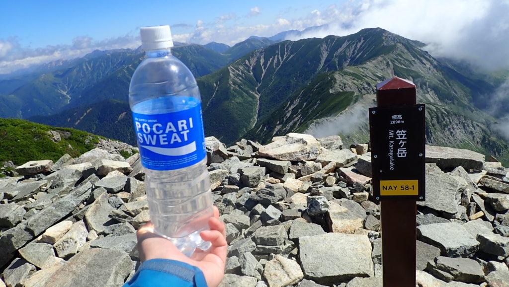 北アルプスの笠ヶ岳山頂でポカリスエットの記念撮影