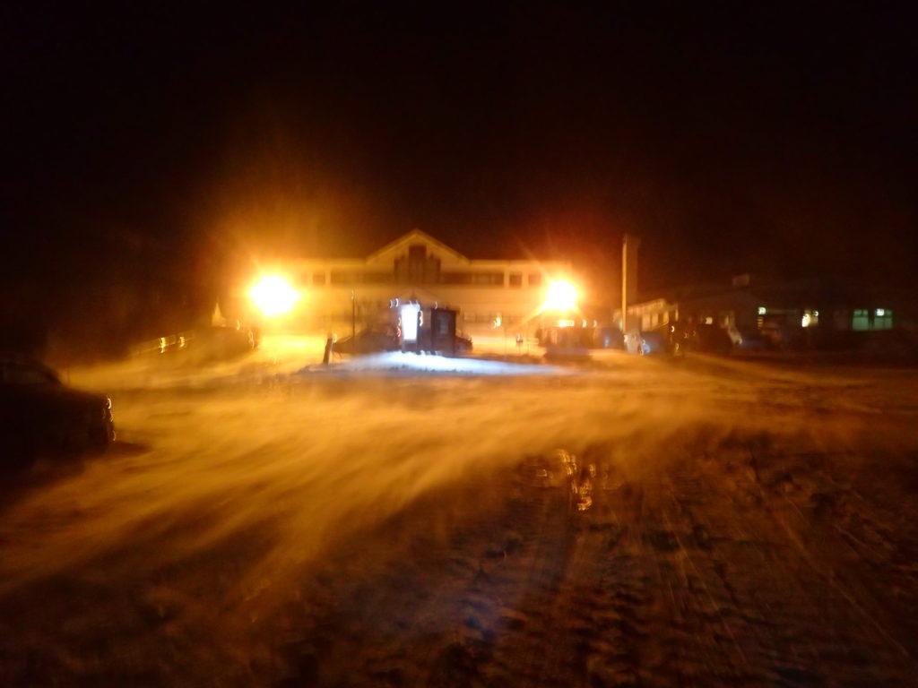 地吹雪の冬の登山口駐車場