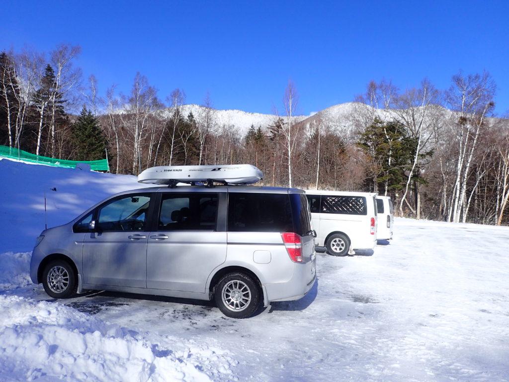 雪山登山の際の積雪のある登山口駐車場