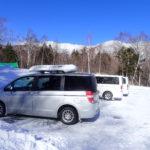 登山口駐車場などで車が雪でスタックしてしまったときの自力での脱出方法