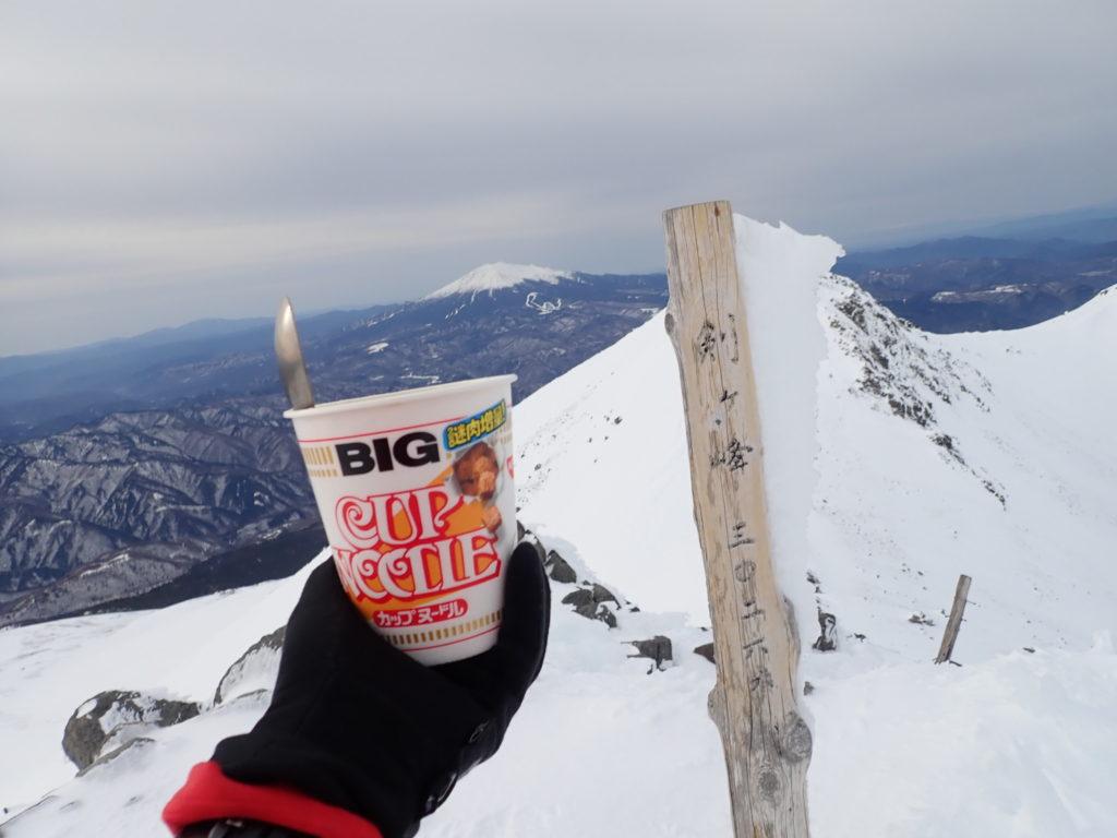 厳冬期の乗鞍岳剣ヶ峰山頂で食べたカップラーメン