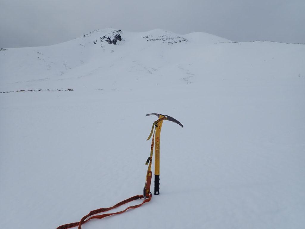 冬の乗鞍岳を背景にグリベルのピッケルであるエアーテックエヴォリューションの記念撮影