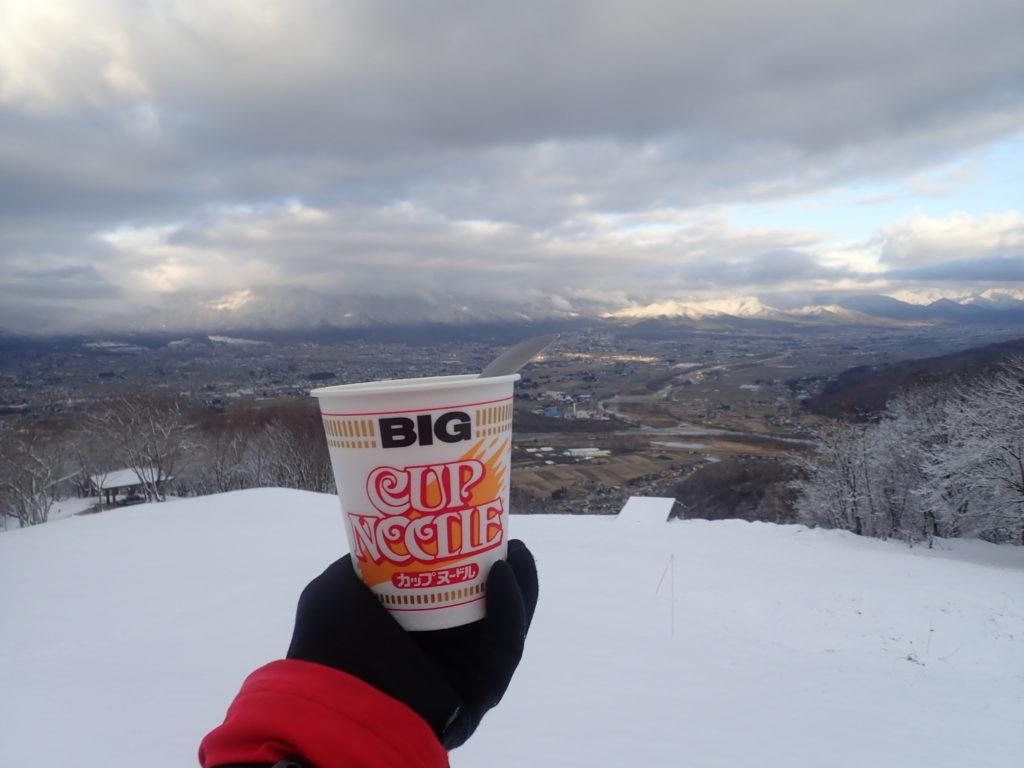 長峰山山頂で雪の向こうに安曇野市を眺めながら食べたカップラーメン