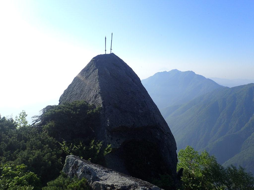 南アルプス甲斐駒ヶ岳黒戸尾根登山道の名物である烏帽子岩の二本剣