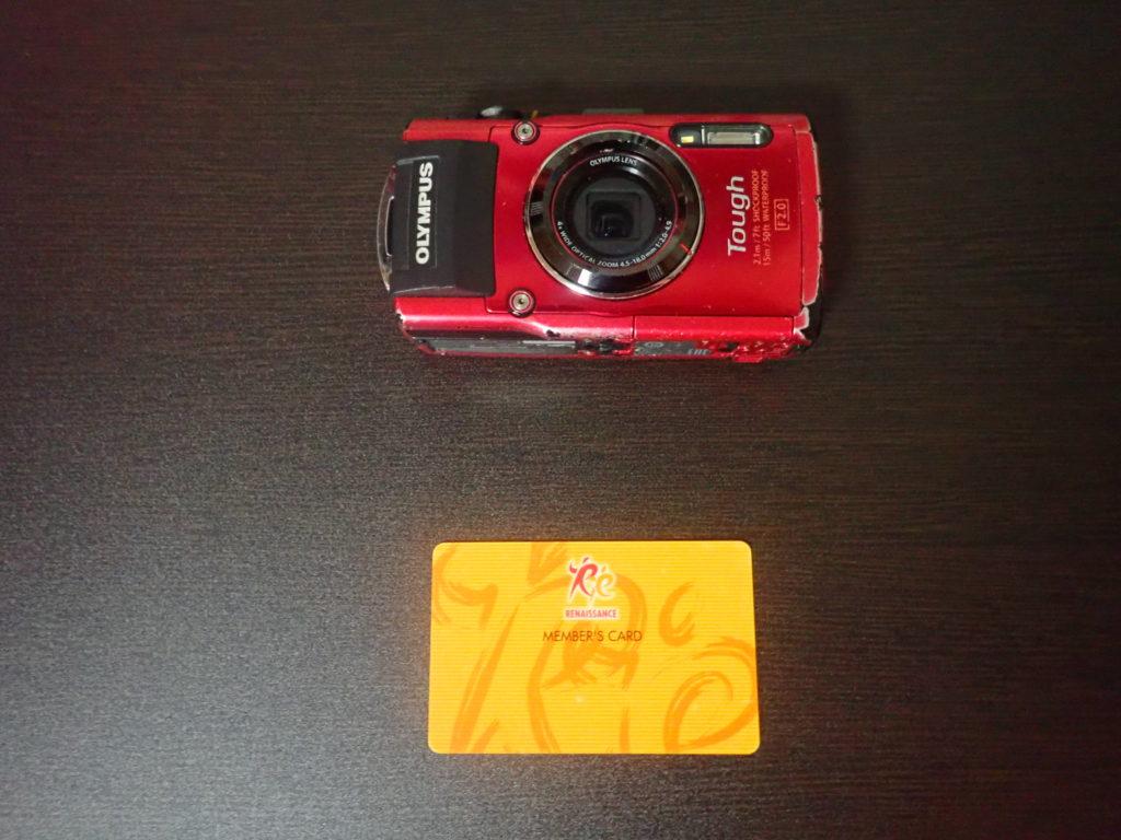 オリンパスの防水デジタルカメラToughの大きさをカードと比較
