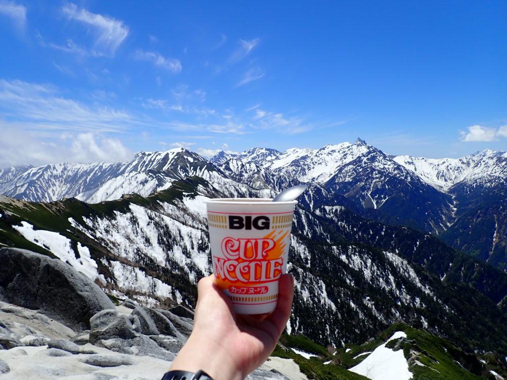 燕岳から残雪の北アルプス表銀座の稜線と槍ヶ岳を眺めながら食べたカップラーメン