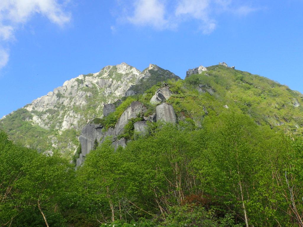 南アルプス甲斐駒ヶ岳黒戸尾根登山道から見上げた甲斐駒ヶ岳山頂