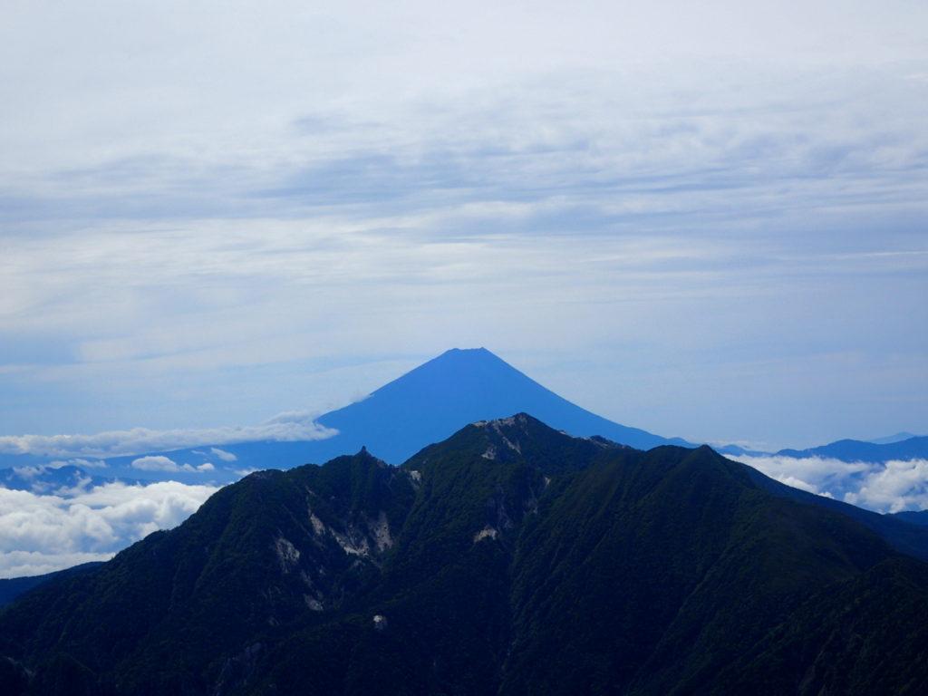 南アルプス甲斐駒ヶ岳黒戸尾根登山道から眺めた鳳凰三山の向こうの富士山