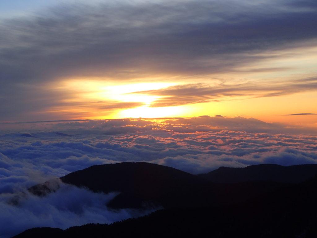 北アルプス蝶ヶ岳から眺めた雲海と朝日