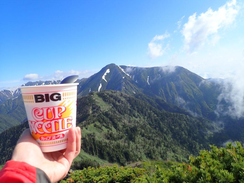 北アルプス蝶ヶ岳の蝶槍から常念岳を眺めながら食べたカップヌードル